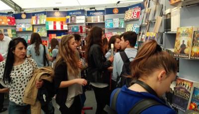 tineri cititori la Gaudeamus Oradea