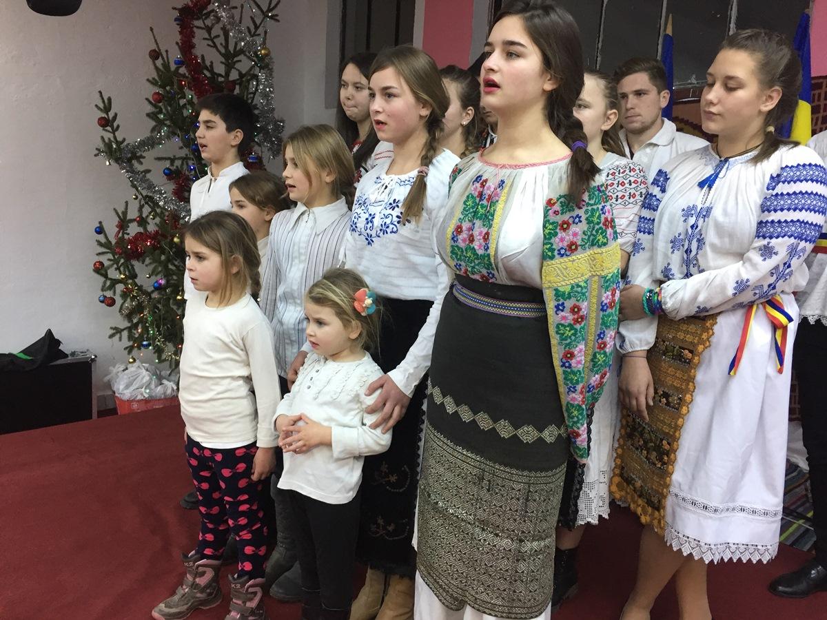 Cei 7 copii Țandără în primele două rânduri ale cetei de colindători a Liceului din Ileanda
