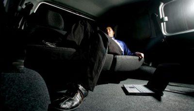 barbat doarme in masina
