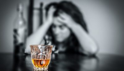 alcool femeie pahar