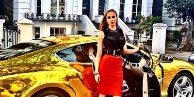 femeie bogata masina aur