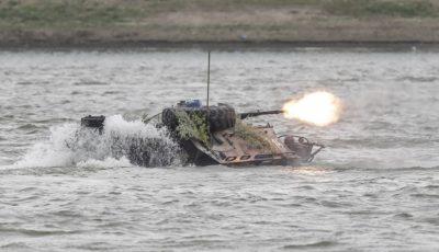 vehicul blindat in apa