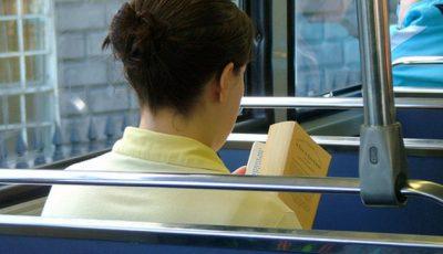 cititoare in autobuz