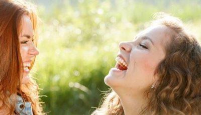 femei fericite
