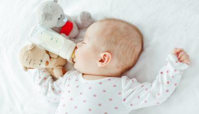 bebelus cu biberon